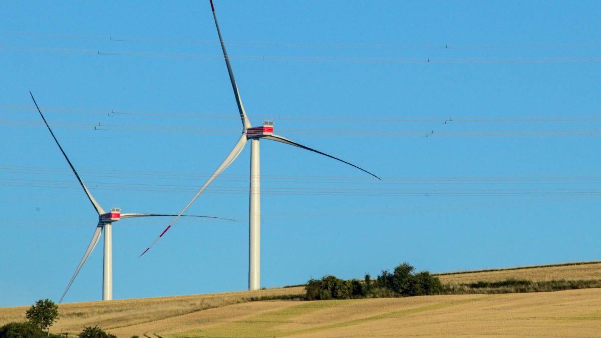 Zwei Windkraftanlagen im Feld