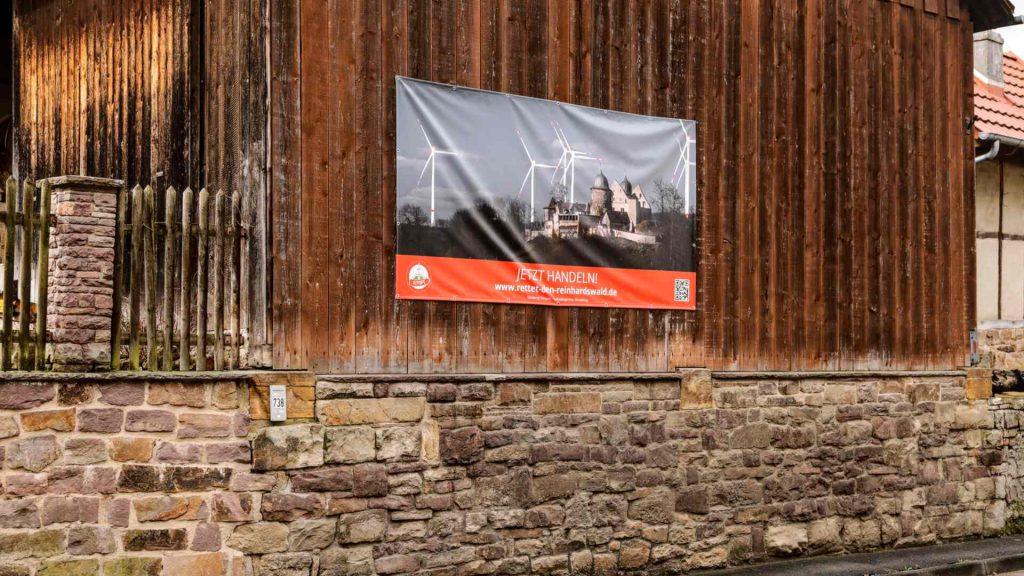 Dorfscheune mit Banner rettet den Reinhardswald