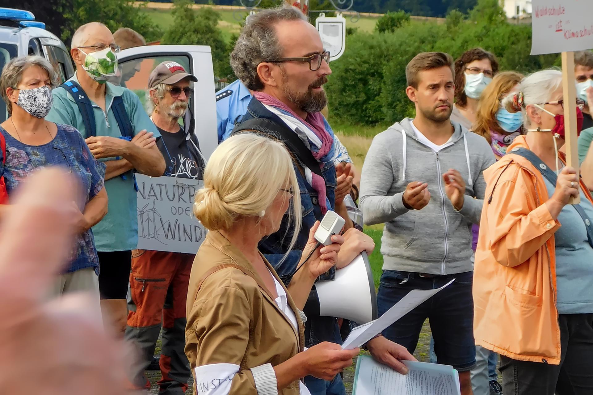 Sonja Erler und Karsten Leineke sprechen zu den Demonstranten