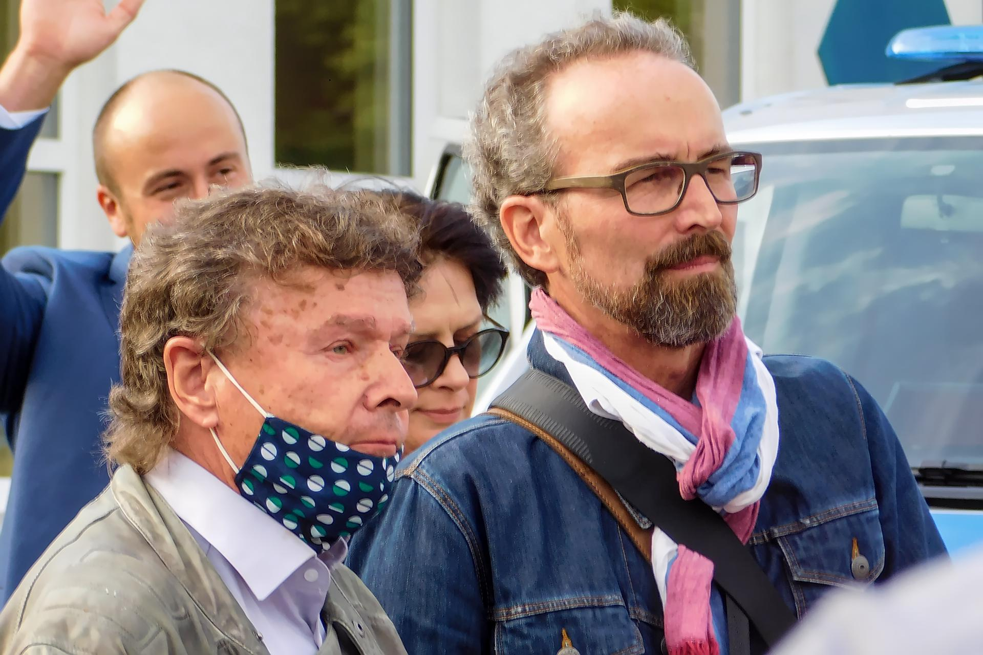 Karsten Leineke und Bernhard Sulk sprechen zu den Demonstranten