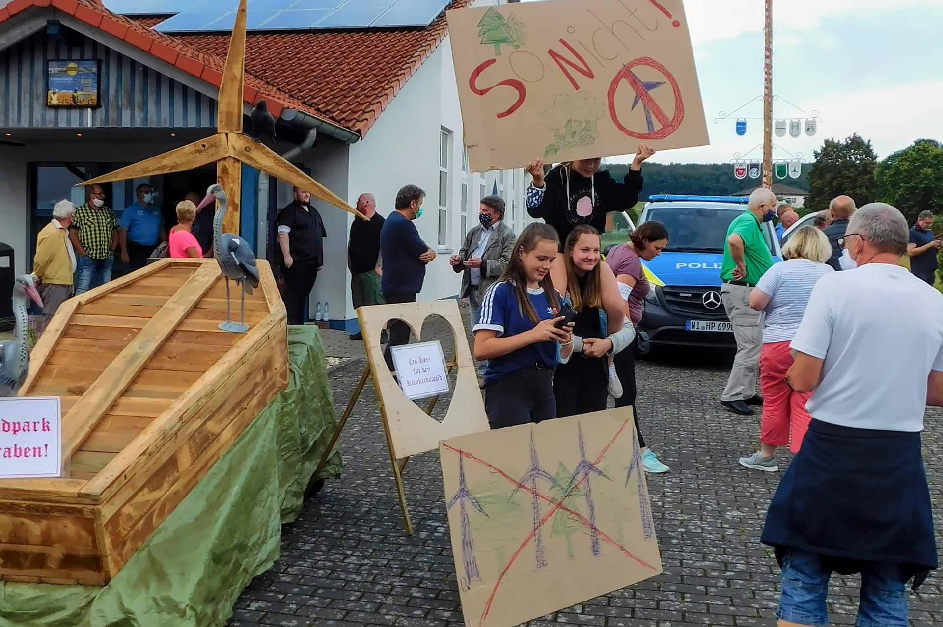 Jugendliche gegen den Windpark im Reinhardswald