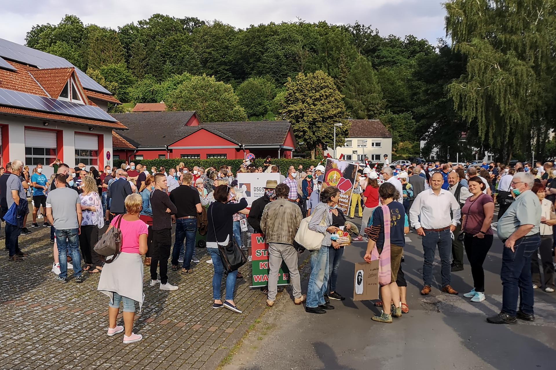 Demonstranten vor der Feuerwehr Trendelburg