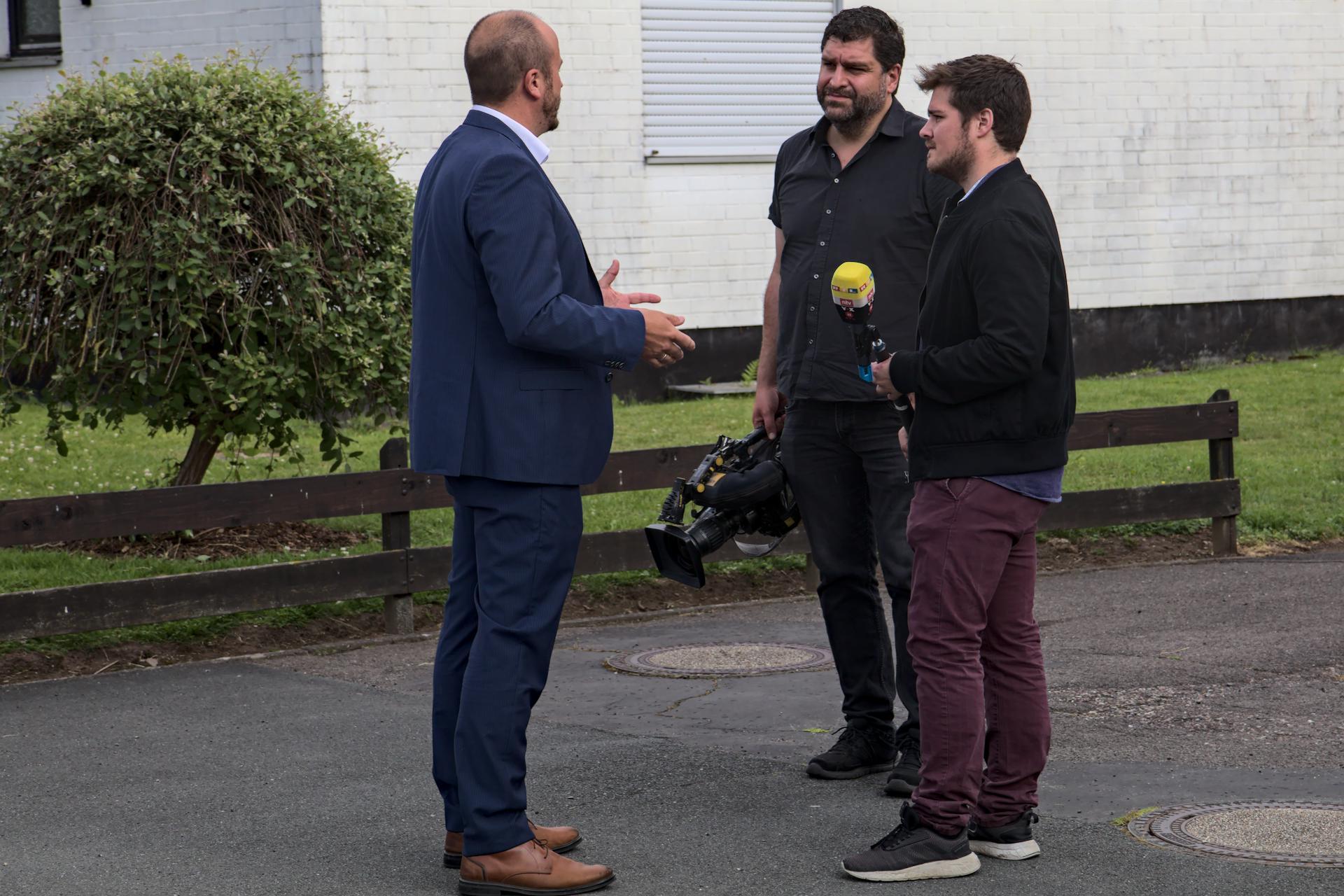 Bürgermeister Martin Lange mit Presse RTL