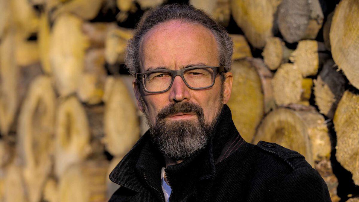 Karsten Leineke Portrait Holzstapel