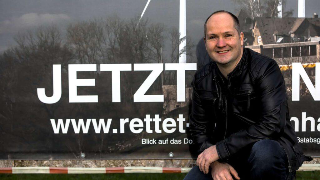 Tobias Seydler Potrait vor Windpark Banner